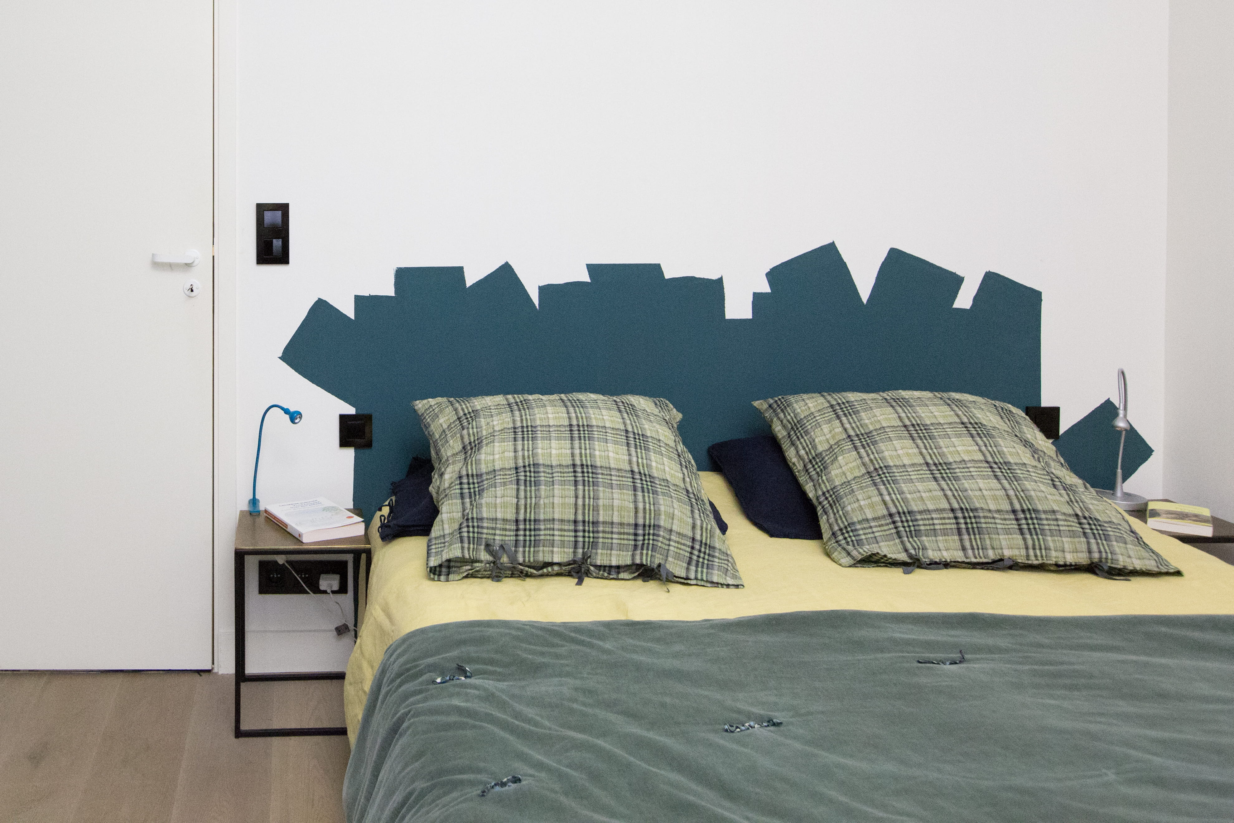 Comment faire une t te de lit en peinture journal des femmes - Peindre une tete de lit ...