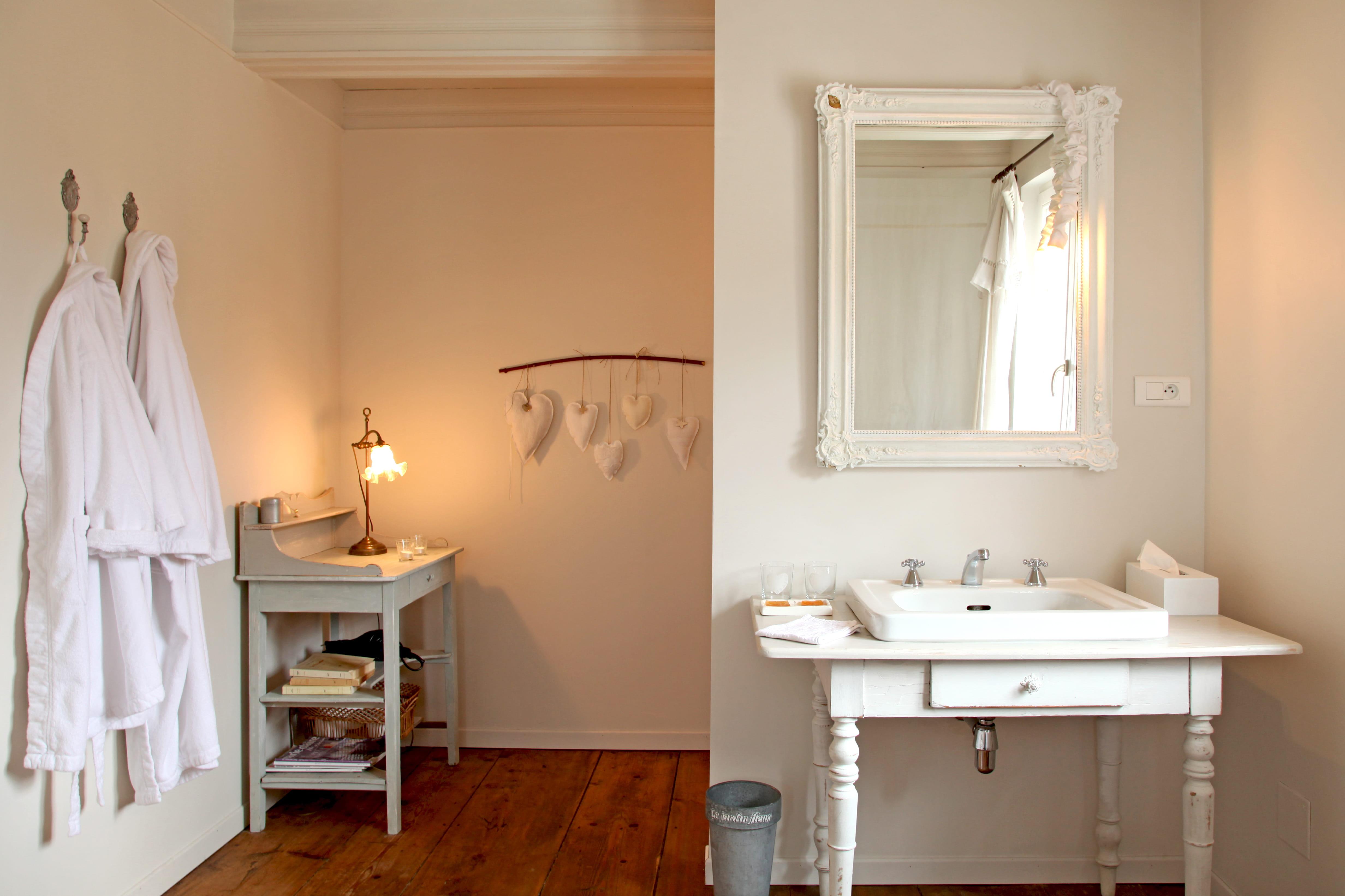 Salle de bain blanche et bois – lombards