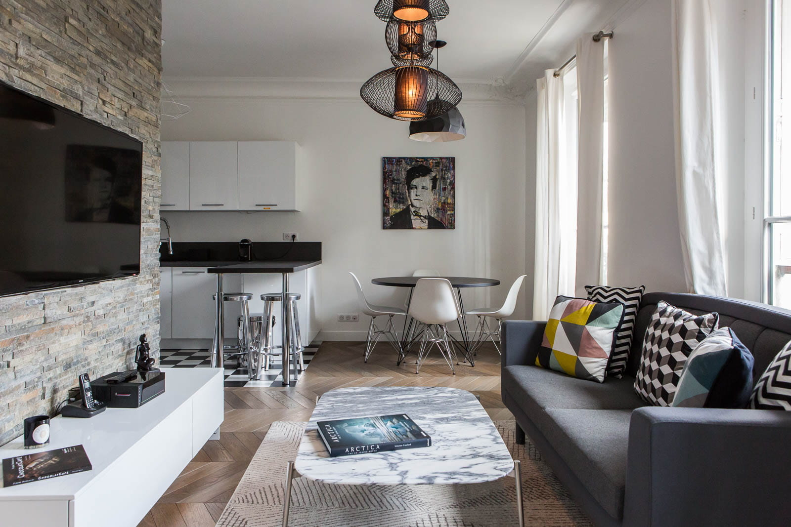 Style contemporain dans un appartement haussmannien un for Decoration appartement haussmannien