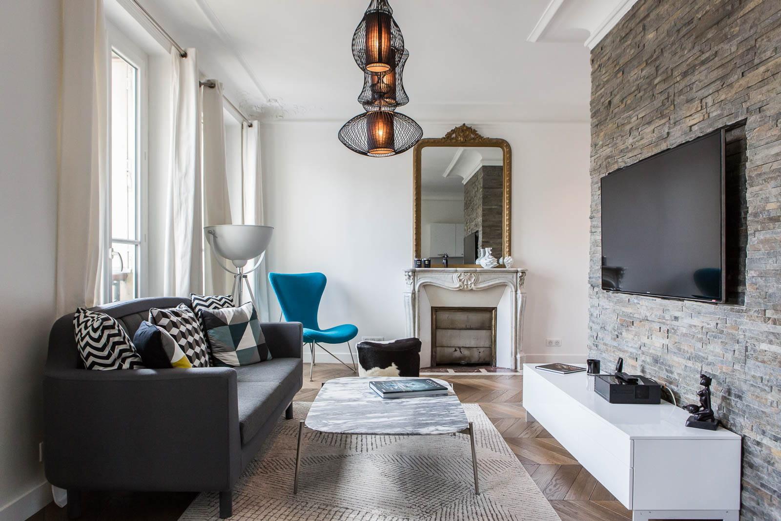 un coin salon high tech. Black Bedroom Furniture Sets. Home Design Ideas