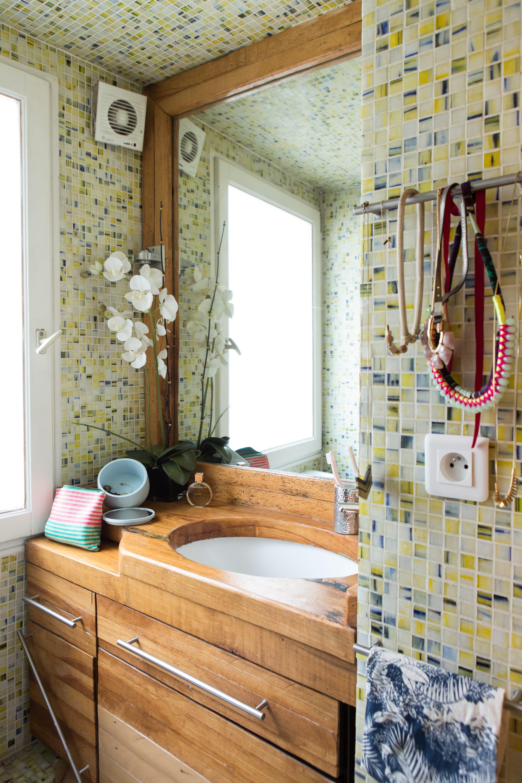 Une mosaïque multicolore : salle de bains : la mosaïque crée l ...