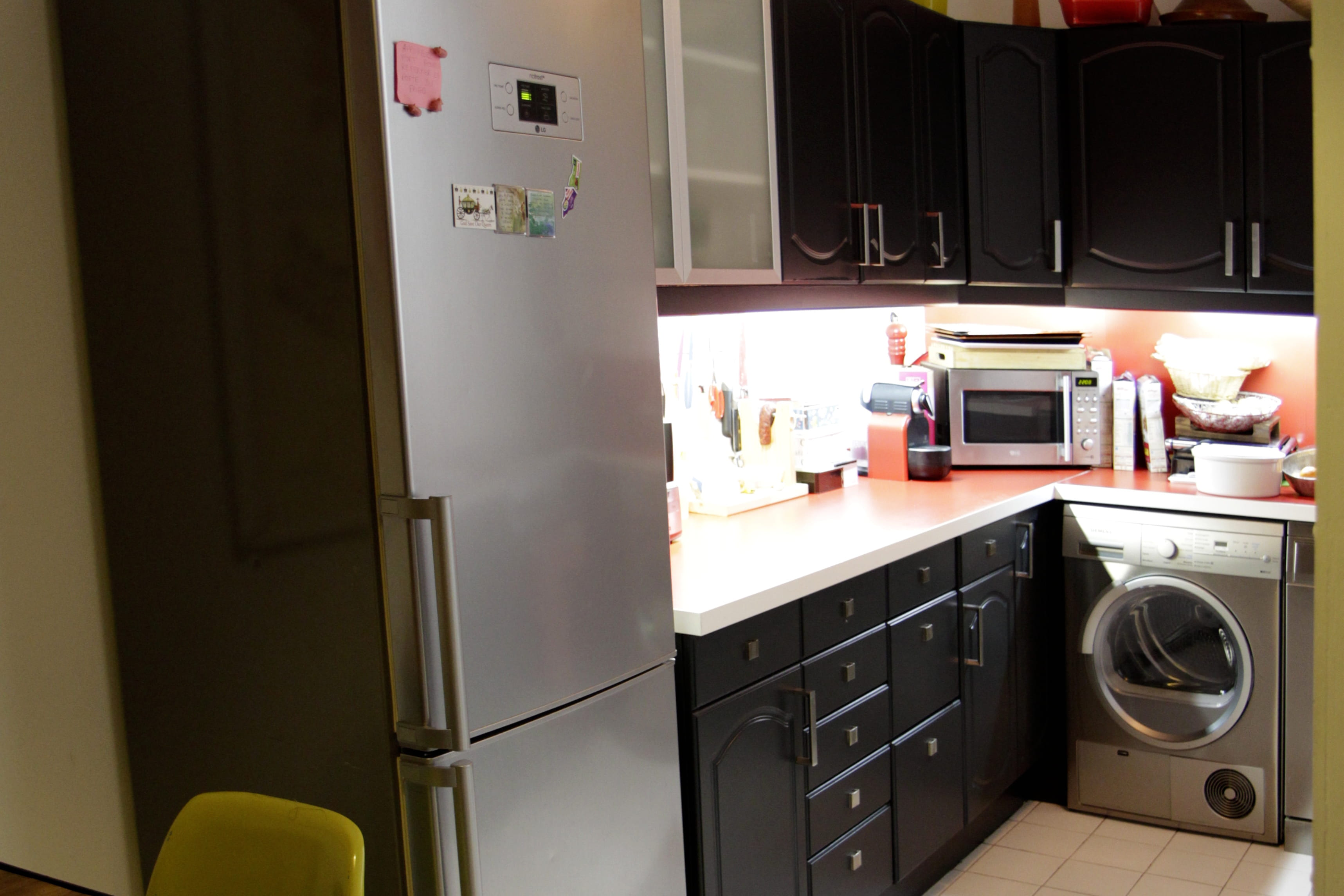 une cuisine relook e en noir cuisine noire 20 fa ons d. Black Bedroom Furniture Sets. Home Design Ideas