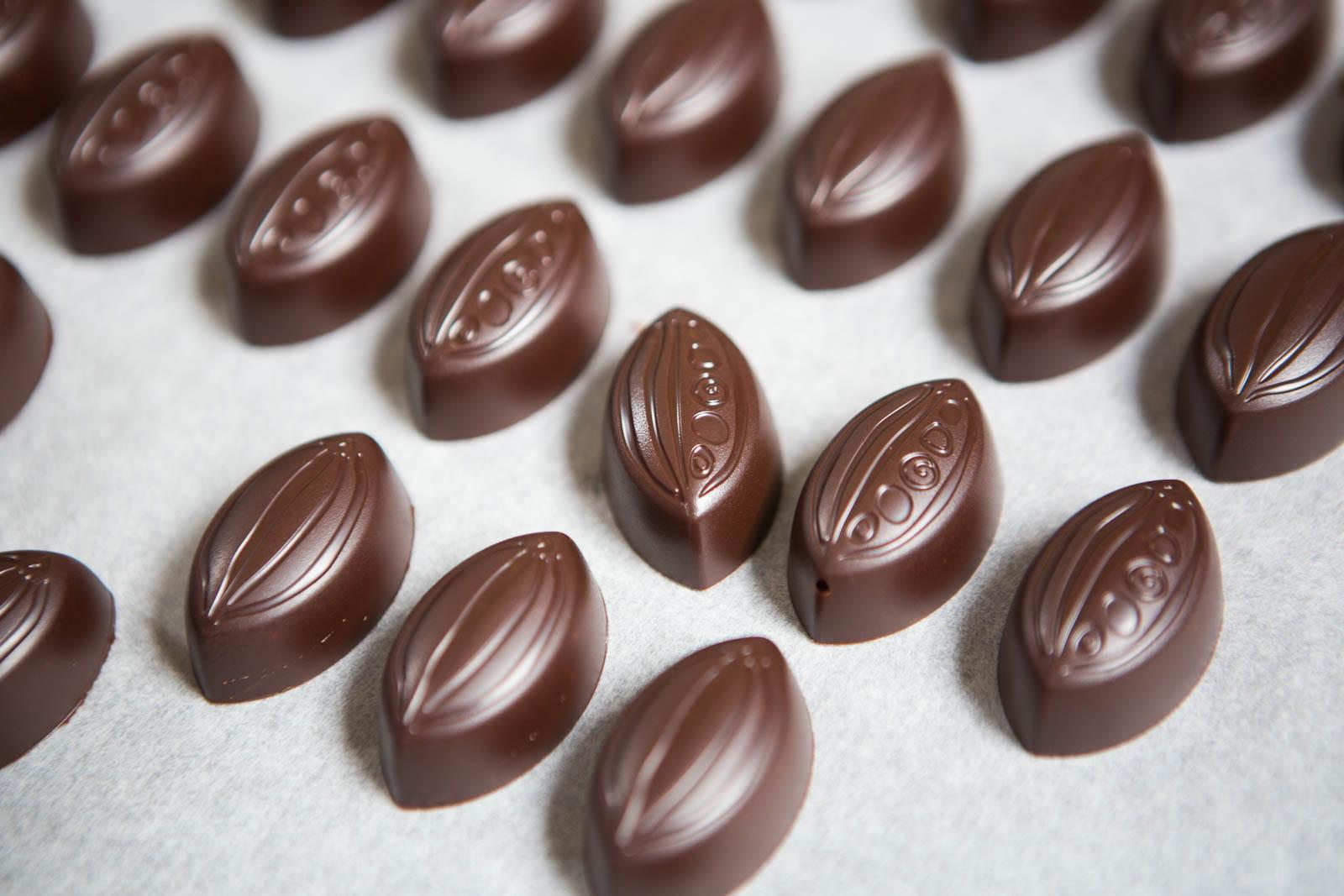 comment faire des bonbons au chocolat fourr s la ganache journal des femmes. Black Bedroom Furniture Sets. Home Design Ideas