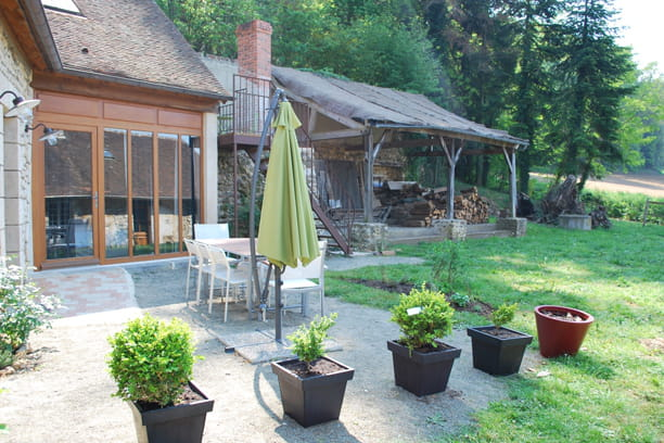 la terrasse tradition et modernit dans une ancienne ferme journal des femmes. Black Bedroom Furniture Sets. Home Design Ideas