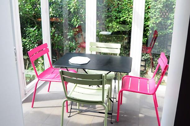 une cuisine presque dans le jardin nouveau look pour une maison de style 1930 journal des femmes. Black Bedroom Furniture Sets. Home Design Ideas