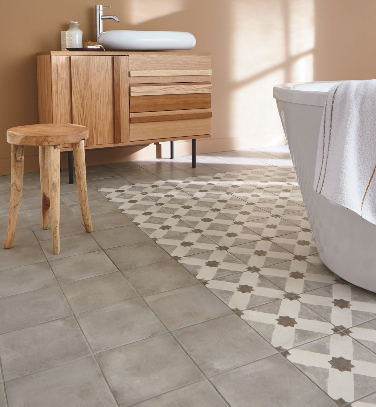 Le mix carrelage et carreaux de ciment for Pose carrelage salle de bain sol