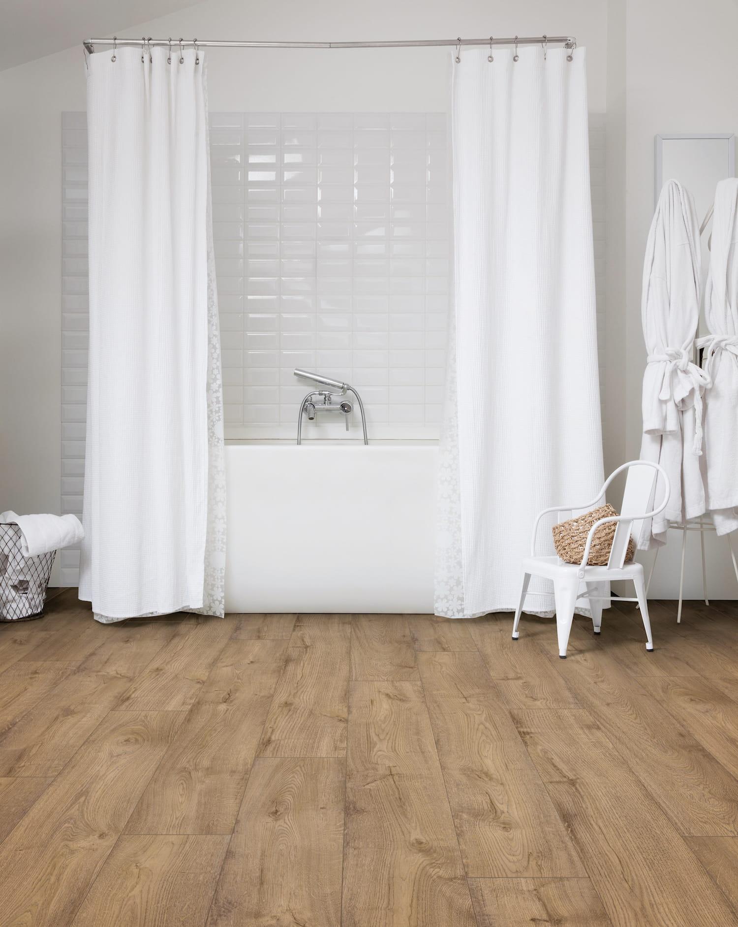 Les lames en vinyle effet bois clair for Lame vinyle salle de bain