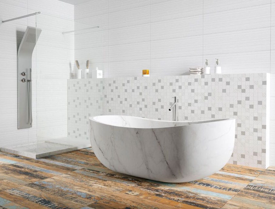le carrelage effet bois vieilli quel sol pour la salle de bains journal des femmes. Black Bedroom Furniture Sets. Home Design Ideas