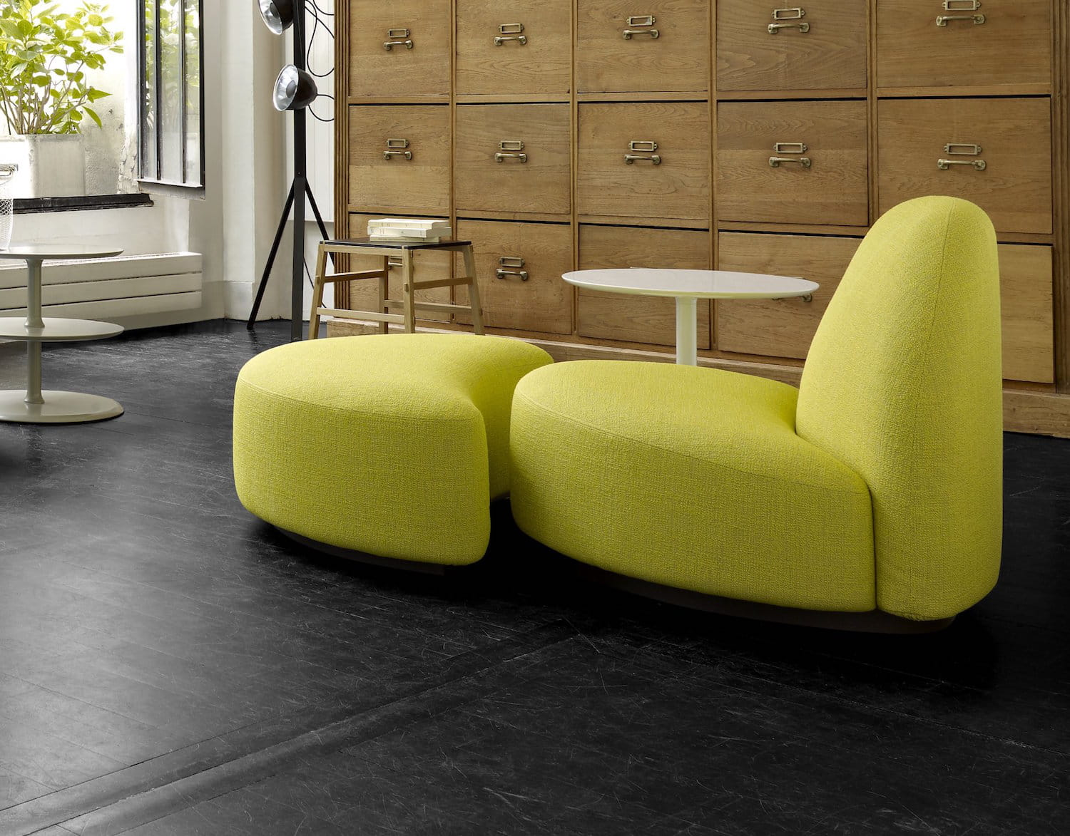 un duo fauteuil et ottoman mythique. Black Bedroom Furniture Sets. Home Design Ideas