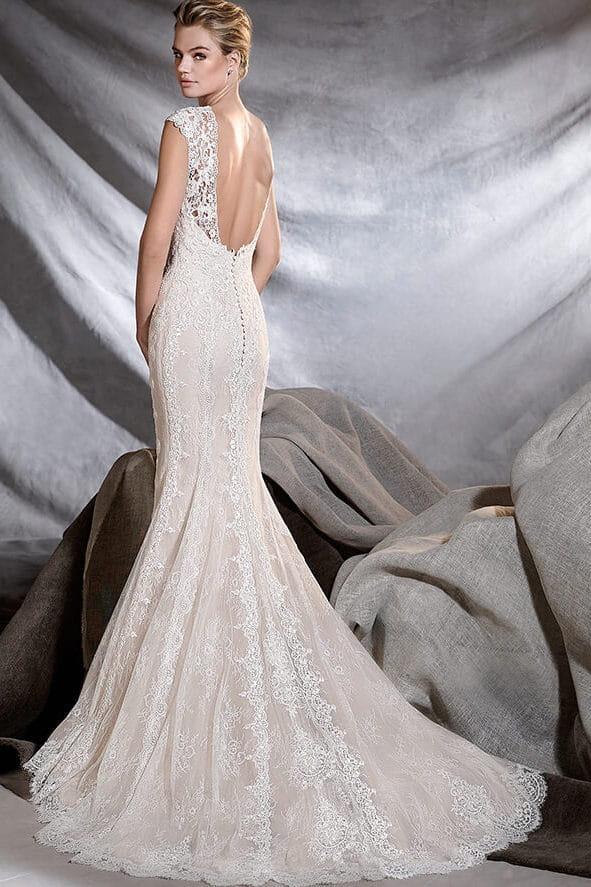 jolie robe de mariée dos nu, en dentelle de Chantilly et ornée de ...
