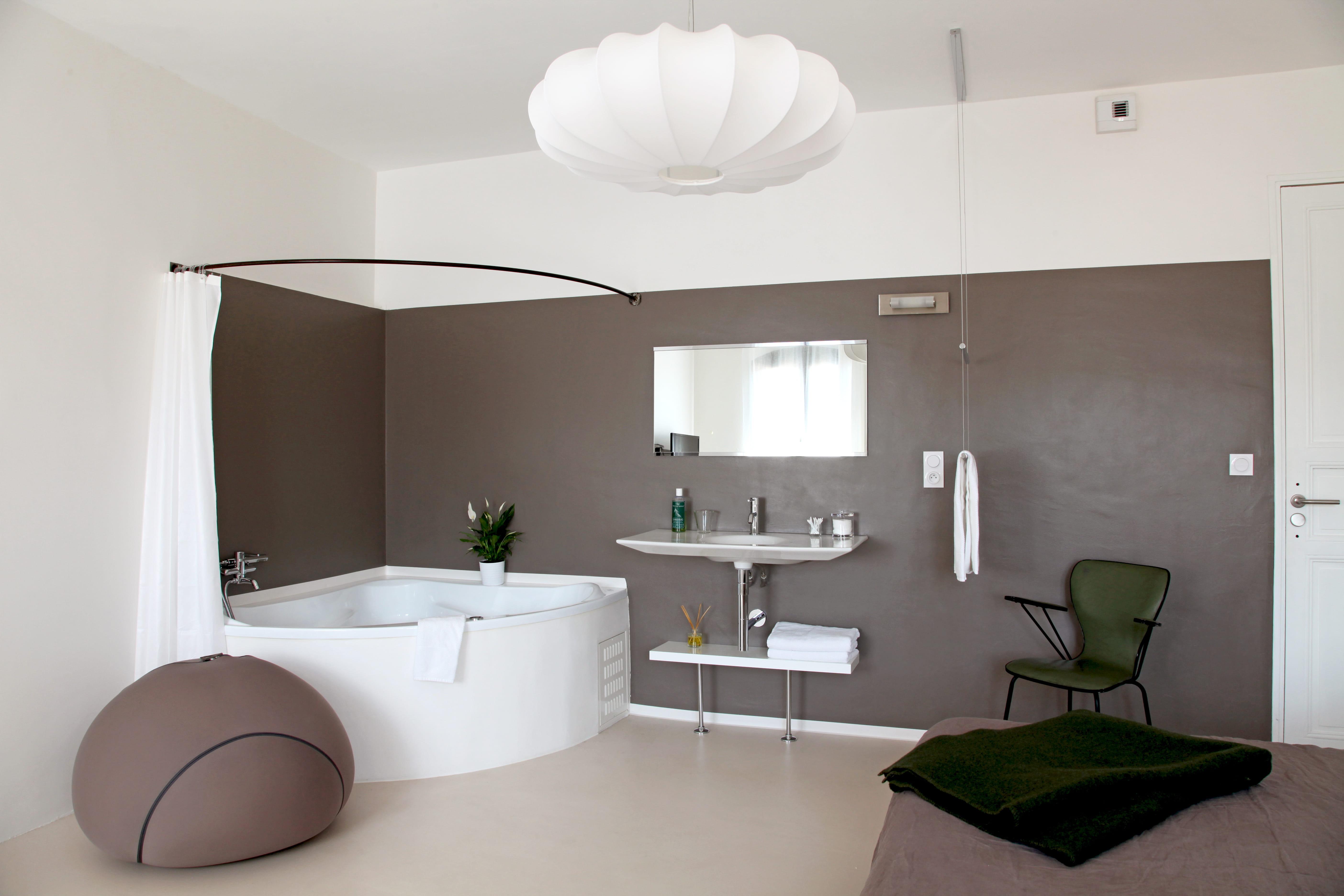 Quand la chambre et la salle de bains fusionnent - Deco salle de bain taupe ...