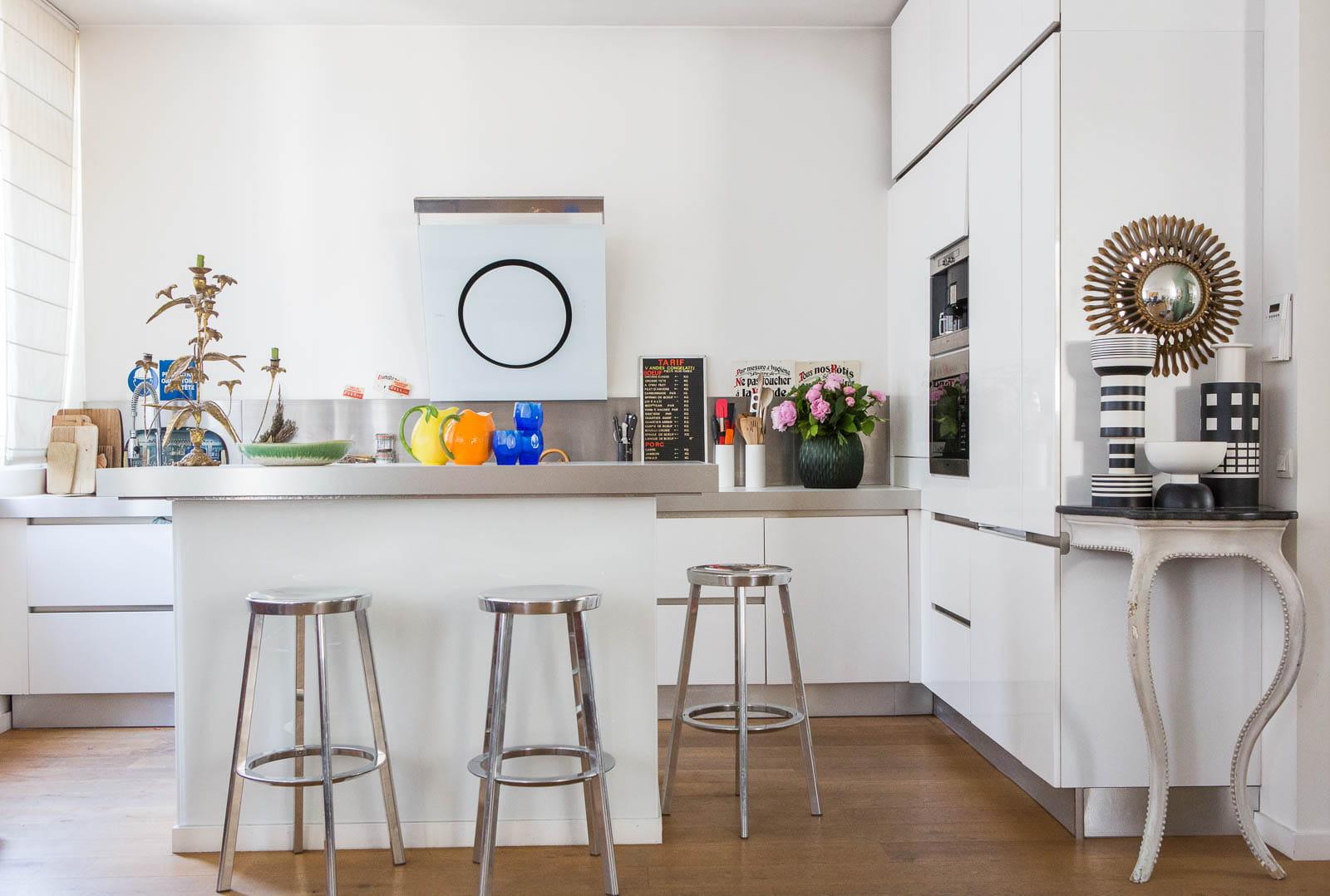 Une cuisine ouverte exub rant duplex avec rooftop chez - Cuisine blanche ouverte sur salon ...
