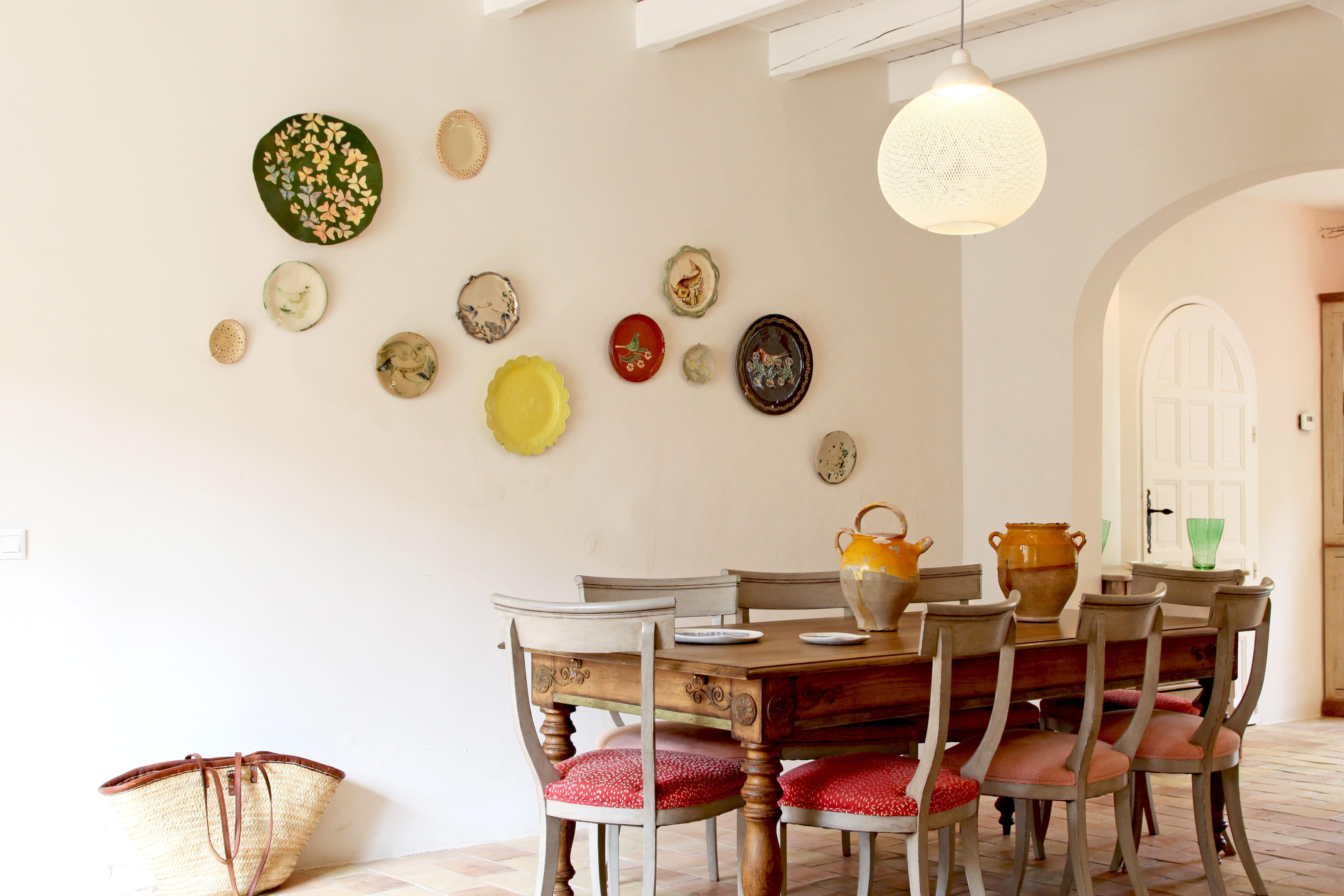 Assiettes au mur conseils et s lection pour oser cette for Decoration interieure contemporaine tendance conseils