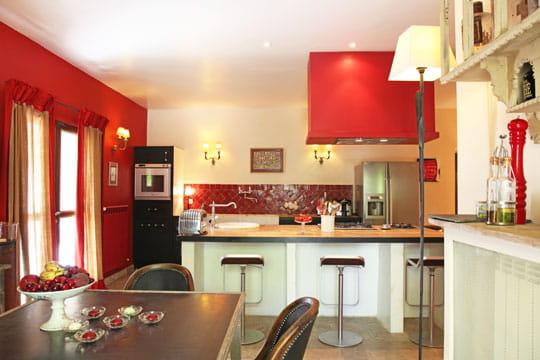 Cuisine rouge cerise la palette des couleurs chaudes en for Deco salon couleur chaude