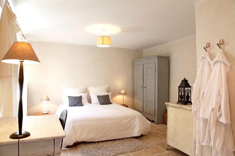 Chambre en blanc charme et vieilles pierres pour une for Deco chambre de charme