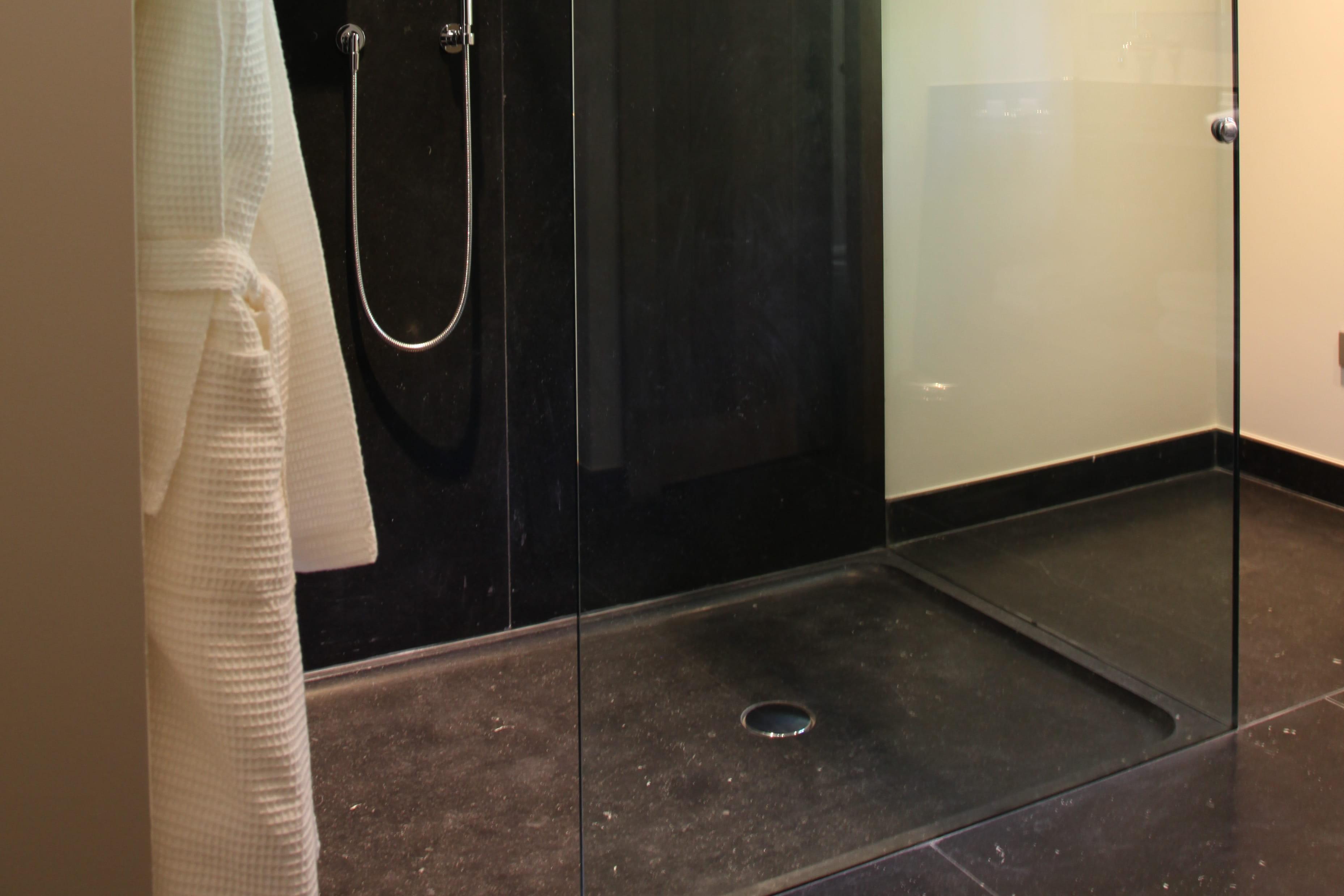La douche l 39 italienne passe au noir journal des femmes - Douche italienne noir ...