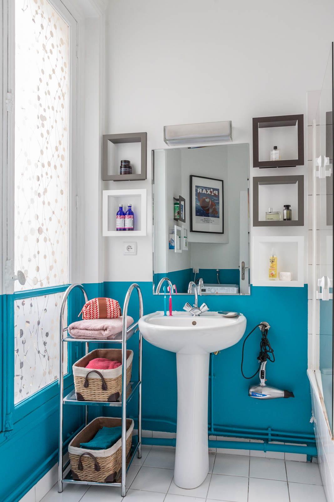 salle de bains bleue. Black Bedroom Furniture Sets. Home Design Ideas