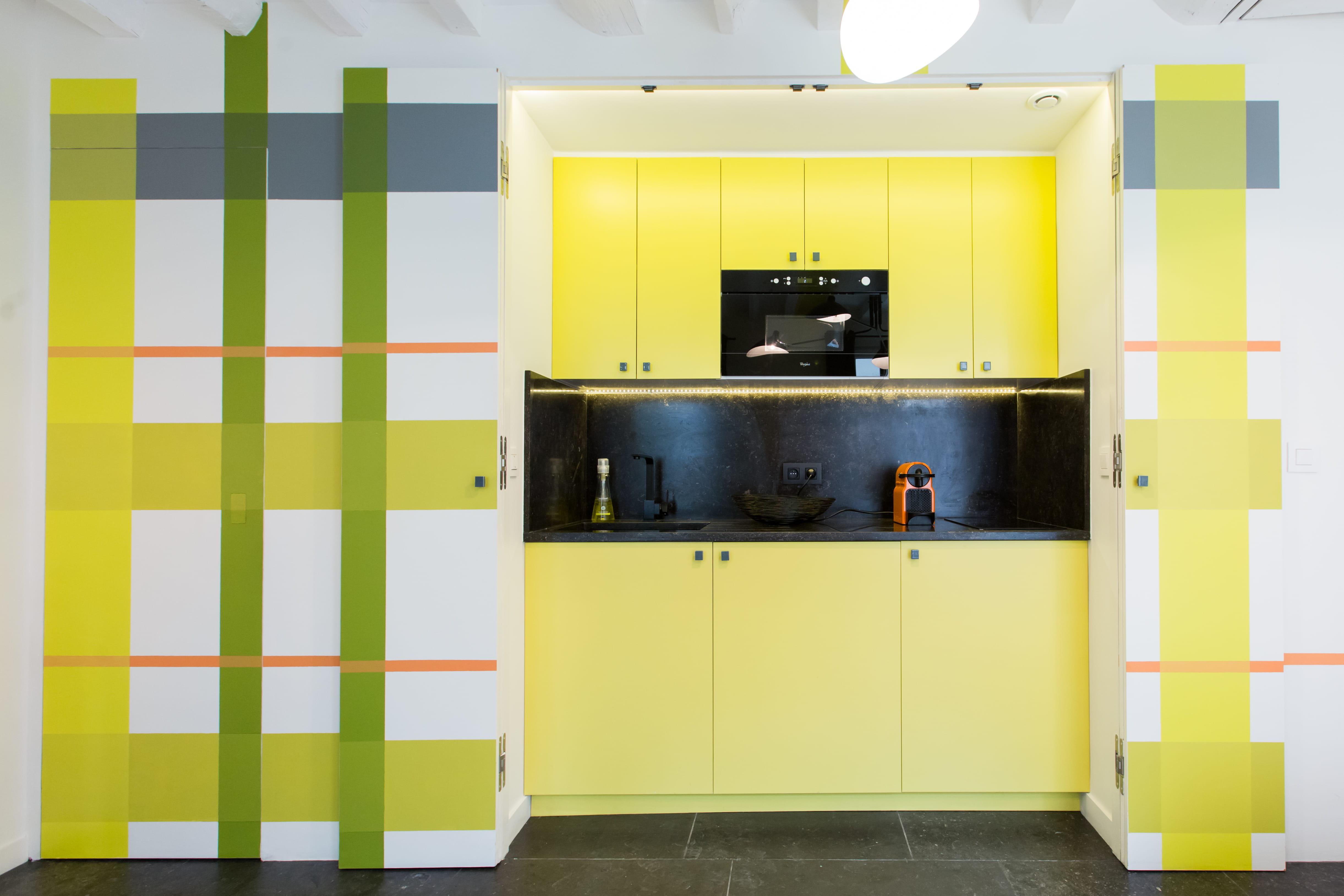 Une cuisine en cossais vert et jaune - Cuisine peinte en vert ...