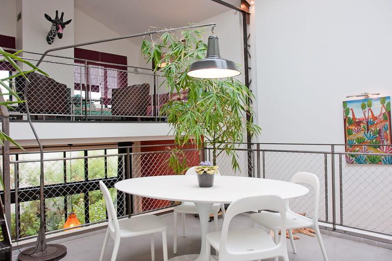 Une salle manger au design contemporain et industriel for Fenetre qui s ouvre vers l exterieur