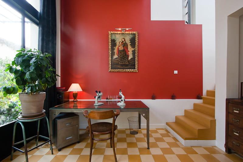 Un bureau dans les tons chauds une maison loft qui s for Porte qui s ouvre vers l exterieur