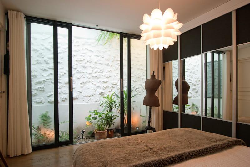 Des miroirs pour agrandir l 39 espace une maison loft qui s for Lumiere mur exterieur