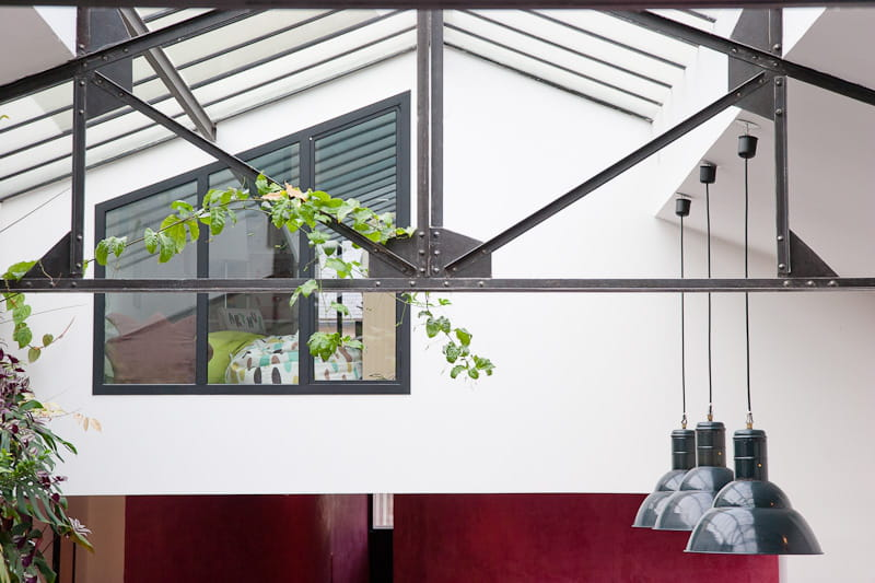 Un beau d cor type industriel une maison loft qui s for Fenetre qui s ouvre vers l exterieur