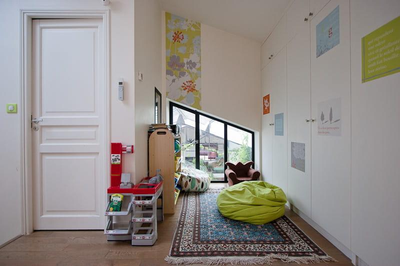 Une salle de jeux sur le palier une maison loft qui s for Fenetre qui s ouvre vers l exterieur