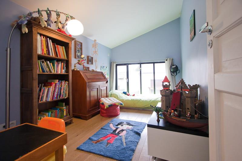 une baie vitr e dans la chambre une maison loft qui s. Black Bedroom Furniture Sets. Home Design Ideas