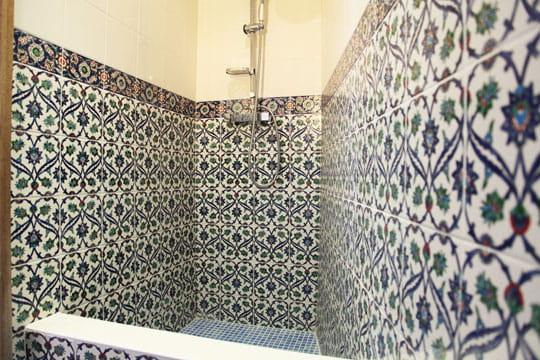 accents andalous douche l 39 italienne une pluie de bonnes id es journal des femmes. Black Bedroom Furniture Sets. Home Design Ideas