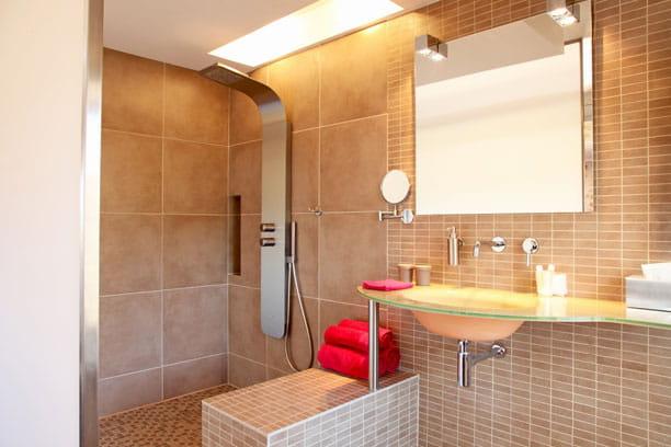 Beige futuriste douche l 39 italienne une pluie de for Salle de bain romaine