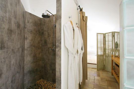 Fa on b ton douche l 39 italienne une pluie de bonnes id es journal - Paravent douche italienne ...