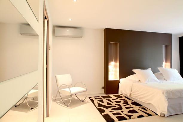 Chambre en noir blanc superbe maison d 39 archi lumineuse for Chambre en noir et blanc