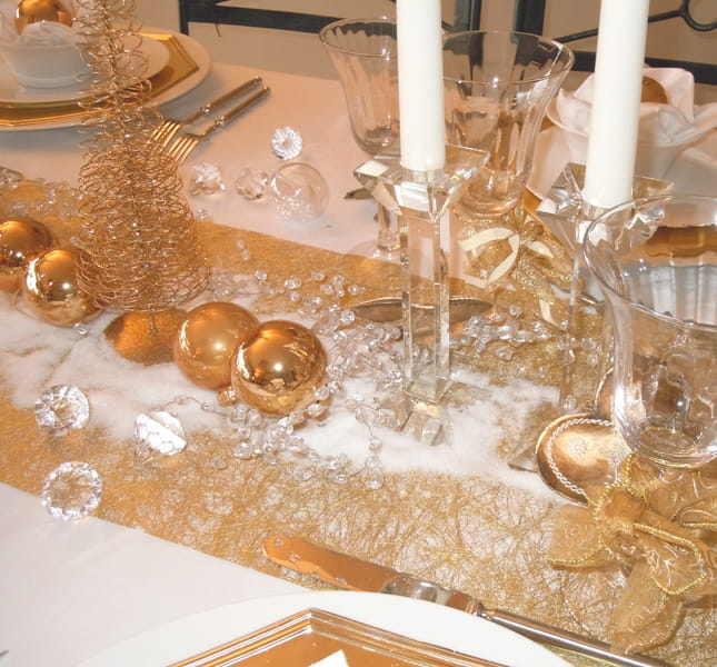 Or et flocons sur le chemin de table trois d cos de - Deco table de noel blanc ...