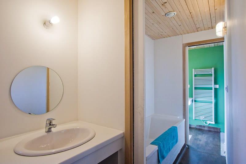 une salle de bains commune pour les enfants une maison au rythme de la nature journal des. Black Bedroom Furniture Sets. Home Design Ideas