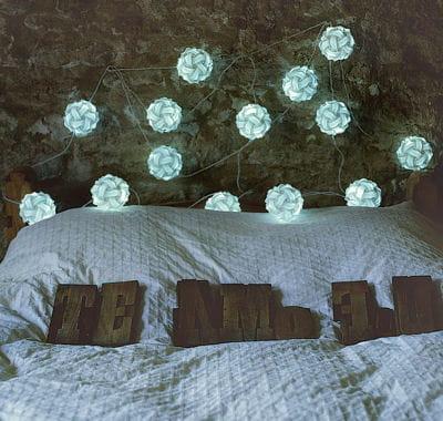 en t te de lit guirlandes lumineuses un clairage original journal des femmes. Black Bedroom Furniture Sets. Home Design Ideas