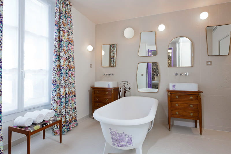 salle de bain aux miroirs tr s d coratifs le crayon un. Black Bedroom Furniture Sets. Home Design Ideas