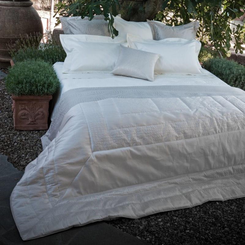 parure cult arredo de frette du linge blanc clatant pour ma chambre journal des femmes. Black Bedroom Furniture Sets. Home Design Ideas