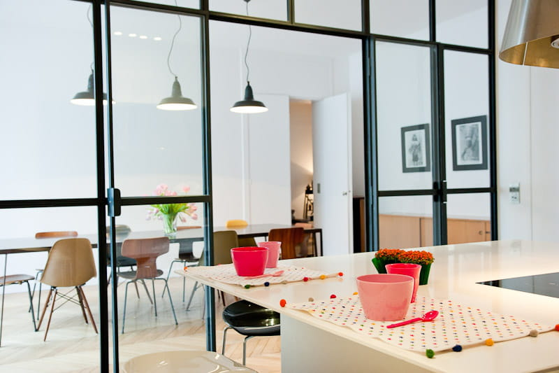 une cloison transparente pour agrandir l 39 espace alliance des contrastes dans un appartement. Black Bedroom Furniture Sets. Home Design Ideas