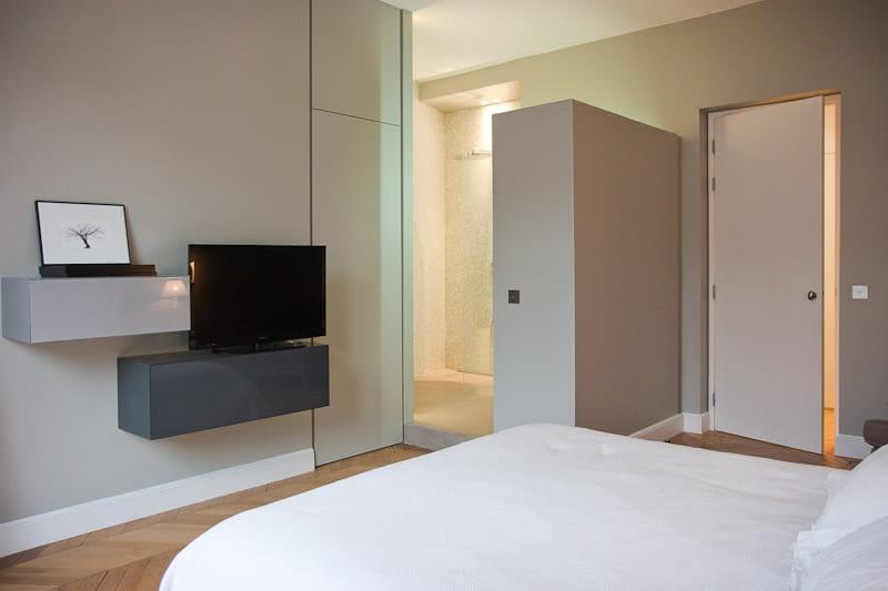 une salle d 39 eau ouverte sur la chambre alliance des contrastes dans un appartement parisien. Black Bedroom Furniture Sets. Home Design Ideas