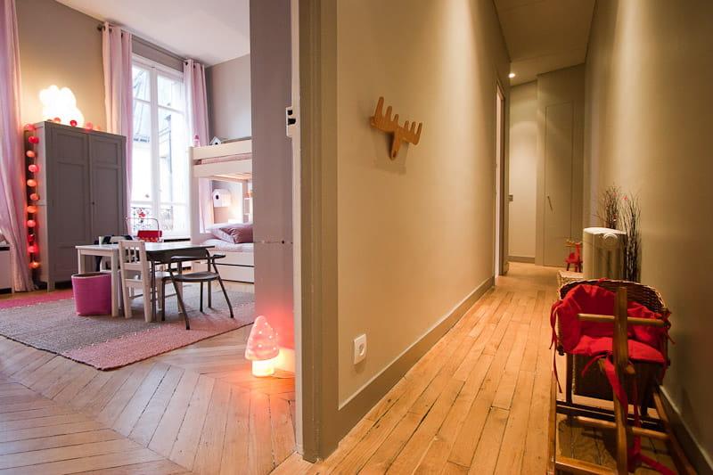 un long couloir de jeux alliance des contrastes dans un appartement parisien journal des femmes. Black Bedroom Furniture Sets. Home Design Ideas