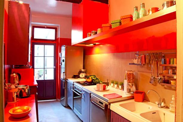 Une cuisine gourmande et pratique petite maison la d co subtile et color e journal des femmes for Petite cuisine pratique