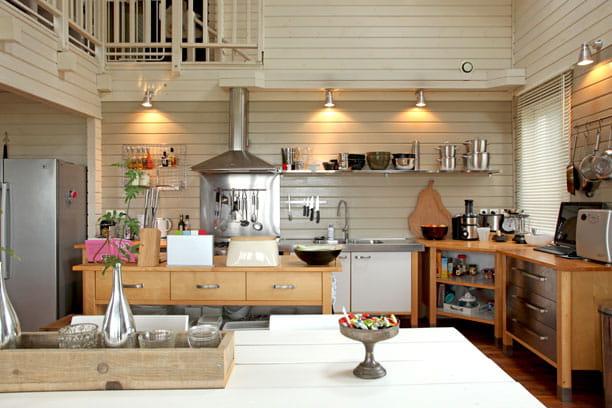 une cuisine ouverte une maison familiale version ouest. Black Bedroom Furniture Sets. Home Design Ideas