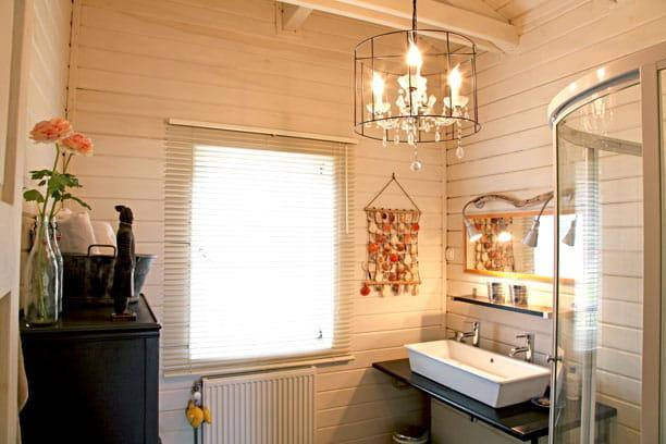 Salle de bains chic une maison familiale version ouest for Salle de bain chic