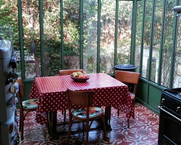 Cuisine vintage donnant sur le jardin la v randa ce for Decoration de veranda
