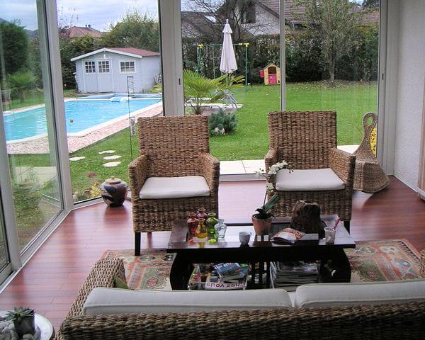 Avec vue sur la piscine la v randa ce joli jardin d for Veranda sur piscine