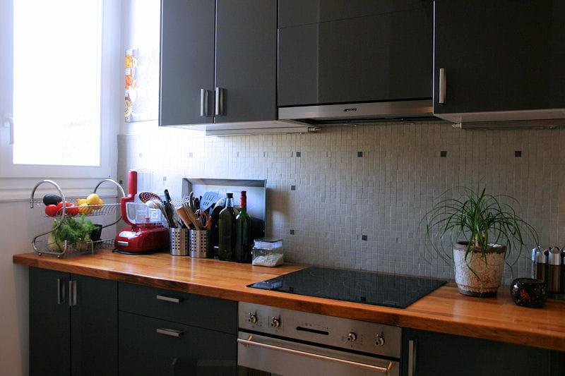 Une cuisine toute en longueur d co ethnique chic dans for Deco de cuisine en longueur