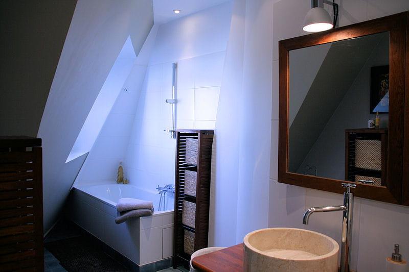 Une salle de bains moderne et exotique d co ethnique for Une salle de bain moderne