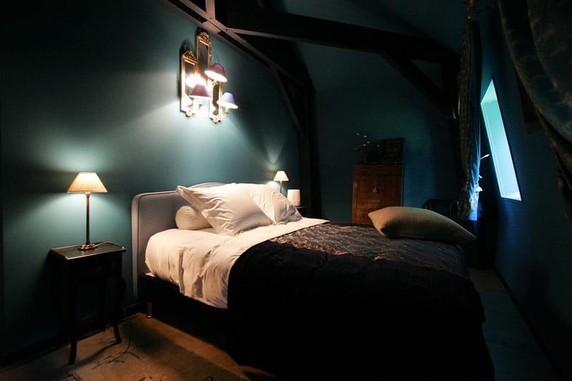 Cocon de nuit d co bleu il flotte comme un petit air de vacances journal des femmes for Decoration chambre bleu nuit et or