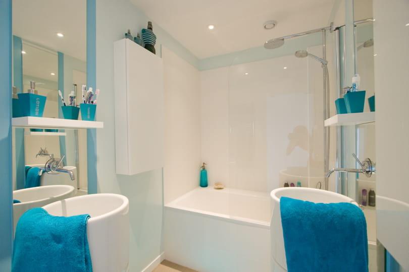 Univers eau d co bleue il flotte comme un petit air de - Accessoires salle de bain turquoise ...