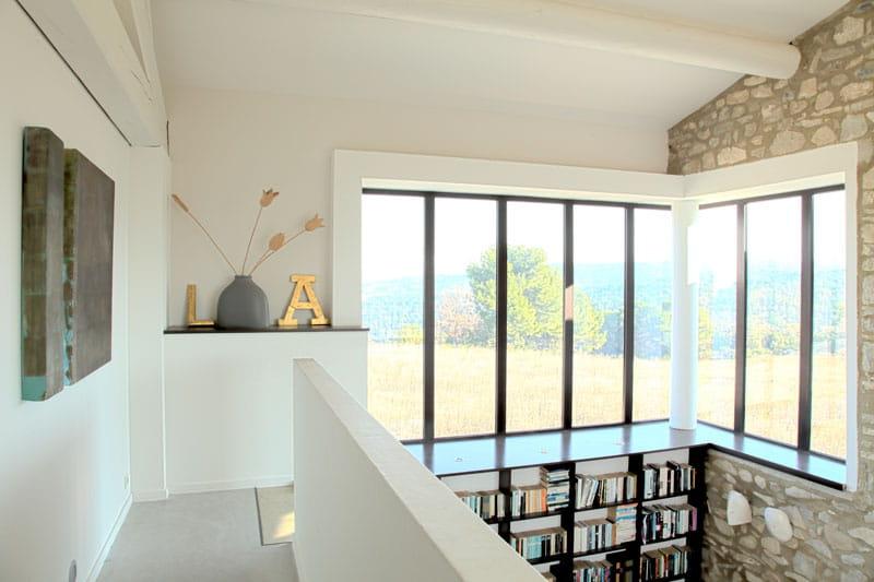 escaliers en verri re une maison en pierres revisit e journal des femmes. Black Bedroom Furniture Sets. Home Design Ideas
